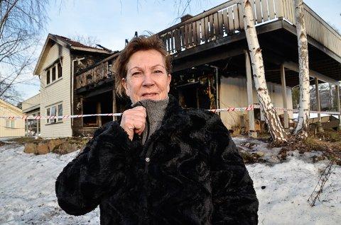 SLAPP UNNA MED SKREKKEN: Brit Eva Helgedal mener Modum kommune må tilby Bufetat en mer egnet tomt til gjenoppbyggingen av barnevernsinstitusjonen som brant onsdag, enn midt i det tettbebygde boligområde i Geithus sentrum.