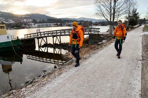 LETEAKSJON: Mannskaper fra Norsk Folkehjelp søkte mandag morgen etter 13-åringen, i Vikersund sentrum.