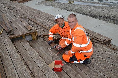 REPARERER: Zdzislan Sierakowski (t.v.) og Jørgen Refsahl var torsdag i full gang med å reparere rammene til sittebenkene i Pollen i Vikersund sentrum.