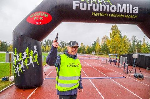STARTSJEF: John Muggerud er sjef for startpistolene på Furumo. Når dagen er over vil han ha fyrt av 79 startskudd på én uke.