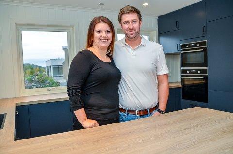 UNGE HUSBYGGERE: Camilla og Marcus Myhrer har selv tegnet huset de flytter inn i på Skredsvikmoen i Geithus.