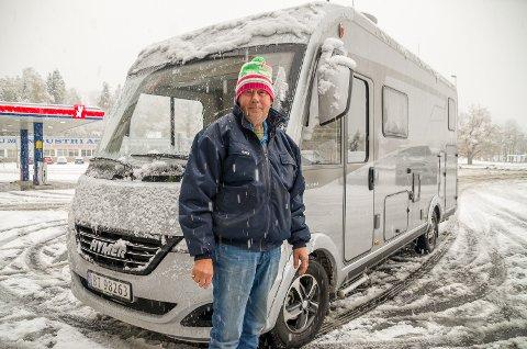 HELÅRSCAMPER: – Det er vel bare desember og januar vi ikke bruker bobilen. Derfor er det viktig med gode vinterdekk, sier Per Arne Hamar fra Geithus.