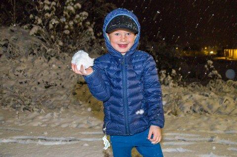 FORNØYD: Victor (4) gleder seg til en dag i Skredsvikmoen barnehage med snø – kram nok til å kunne lage snømann.