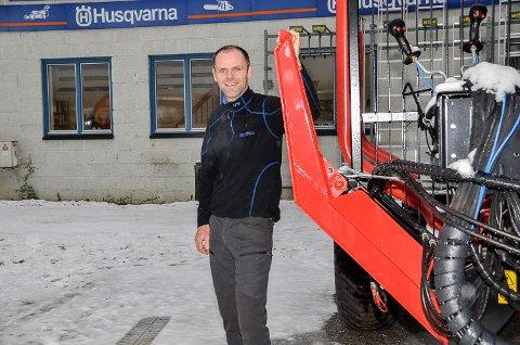 SIGDAL MASKINFORRETNING: Øyvind Skatvedt har god grunn til å smile, for til tross for koronautbruddet, går salget så det suser.