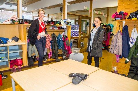 GRUPPEROM ELLER GARDEROBE? Ved Vikersund skole fungerer dette til begge deler. Avdelingslederne Marit Megård (t.v.) og Lise S. Martinsen mener at det ikke er optimalt.