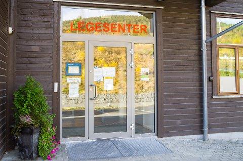 AVTALE: Noresund legekontor har ansatte i karantene, men holder åpent for alle med avtale.