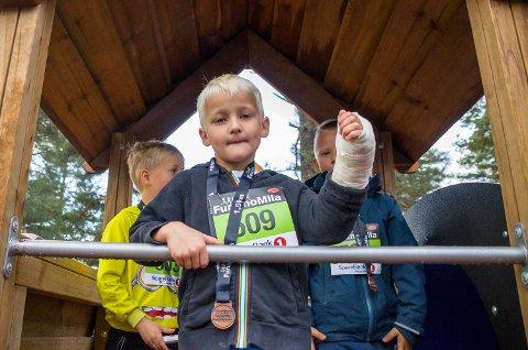 HELT TOPP: Brage Håvet Sterri Grøsland synes det var helt topp å delta i Furumomilas skoleløp – selv med brukket arm.