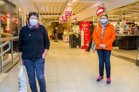 MUNNBINDBRUKERE: Gunn Edquist (t.v.) og Marit Bråthen lytter til den nye forskriften og tok i bruk munnbind da de besøkte Åmotsenteret tirsdag.
