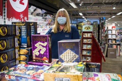 POPULÆRT: Beate Pettersen hos Norli Åmot forteller at spill har blitt enda mer populært under koronapandemien. Nå tar salget av igjen.