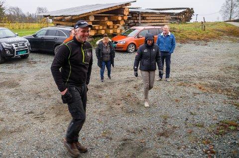 PÅ BEFARING: Laftebonde Svein Gislerud (foran) tok imot politikerne til befaring på gården onsdag.