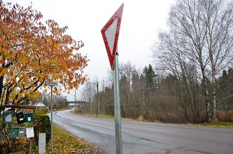 VIKEPLIKT: Før helgen skal skiltene være på plass, og heretter vil trafikk fra alle stikkveiene ha vikeplikt ved utkjøring på Geithusveien.