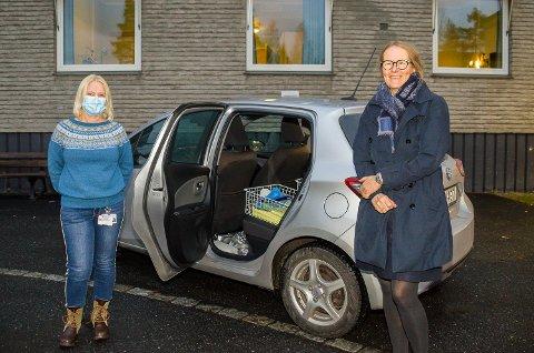 HJEMMETEST: Hilde Perry (t.v.) og kommunalsjef Kari Hesselberg viser fram bilen og utstyret som fra og med mandag har drevet koronatesting hjemme hos innbyggerne i Øvre Eiker.