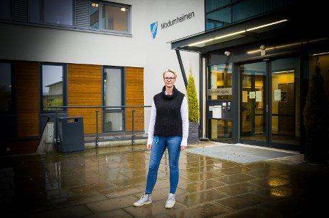 ROSER ANSATTE: Virksomhetsleder Birte Sætrang roser de ansatte, og beroliger samtidig pårørende til beboere ved Modumheimen om at de skal få være der ved alvorlig sykdom, eller dødsfall – til tross for stengt sykehjem.