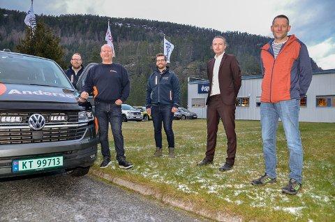 SIGDAL KJØKKEN: Robert Nymoen (f.v.), Roger Andersen og Anders Bjørkesett er stolte over å ha dratt i land den nye transportavtalen med fabrikksjef Fredric Forsell og Kjell Ole Marken.