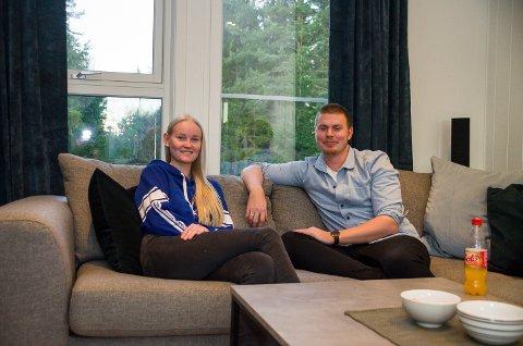 SOFAHYGGE: Marita Dihle og Lasse Sundt Tangen har funnet seg til rette i det nye huset på Haraldsrudhagan.