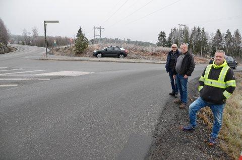 DÅRLIG IDÉ: – Legger man ikke om veien, er det enste holdbare et planfritt kryss, ikke en rundkjøring, sier de erfarne tungtransportsjåførene Terje Tandberg (f.v.) Tor Ivar Martinsen og  Audun Tandberg.