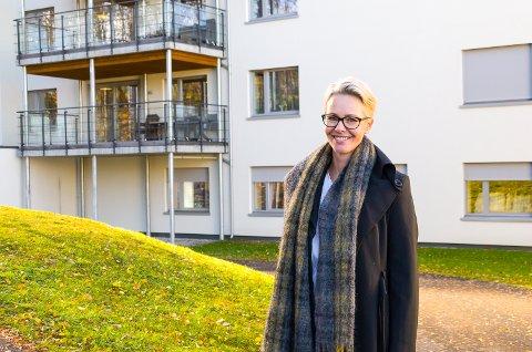 SMILER: Birte Sætrang koster på seg et smil, etter at alle prøver ved Modumheimen har kommet tilbake som negative.