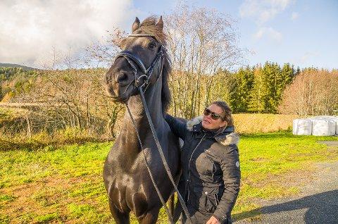 MER HEST: Merete C. Myhre, her sammen med hesten Kodie, har bygget opp Stall Myhre nesten fra grunnen de siste årene. Nå satser hun sammen med Jaran Knive på et større hestesportsenter på Hassel gård i Skotselv.
