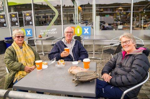 PÅ VEI TIL HYTTA: Jorun Bøe (f.v.), Roy Hellegaard og Reidun Hellegaard fra Lier er på vei til hytta på Haglebu, men stoppet i Åmot for å ta seg en kopp kaffe.