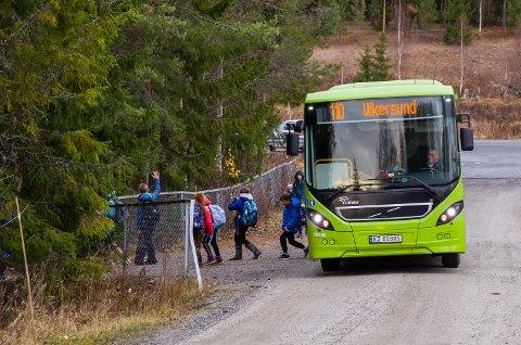 SKOLESKYSS: Mange elever i Modum kjøres og hentes på skolen med buss. Det gjør at det er vanskelig å holde nok avstand mens pandemien pågår.