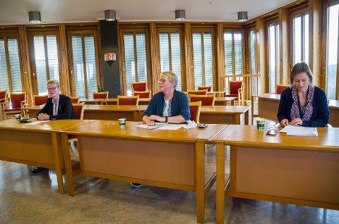 ALVOR: Ordfører Sunni G. Aamodt (f.v.) og resten av formannskapet skal i ettermiddag vedta en ny smittevernforskrift, etter anbefalinger fra beredskapsleder Anne-Bjørg Aspheim og kommunoverlege Beate Smetbak.