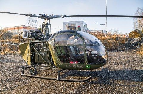 SPESIELL: Alouette II er ikke et helt hverdagslig syn, hverken på himmelen eller lokale parkeringsplasser.