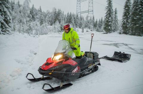 SKIFØRE: Snorre Sønju har kastet seg på snøscooteren og er klar for å lage skiløyper på Engersetra og Nygårdshøgda.
