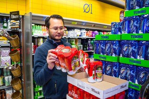 ØKT SALG: Butikksjef Samir Nazari hos Prix Geithus rydder i juleølet. Helt siden mars har butikken merket økt salg av øl og snus.