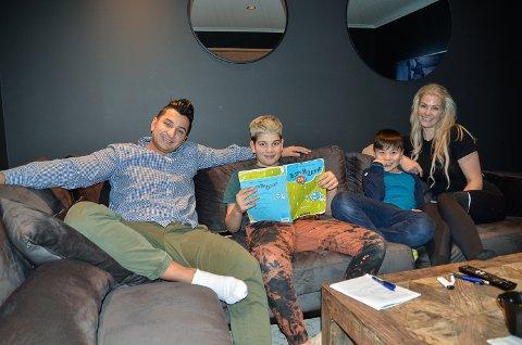 INNFLYTTERE: Ricardo Penagos, Leonardo (12), Magnus (9) og Tine Myklebust stortrives etter å ha flyttet til Krødsherad.