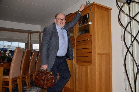 NYBAKT PENSJONIST: Da Bygdeposten besøkte Hans Kristian Sveaas hjemme i Flesakerveien lille julaften, la han stetoskopet på hylla etter å ha pensjonert seg dagen før.