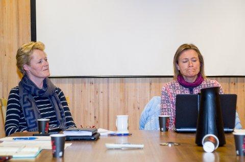 ØNSKER PUBLIKUM: Ordfører Sunni G. Aamodt (Sp) og kommuneoverlege Beate Smetbak i Modum kommune på pressekonferansen søndag.