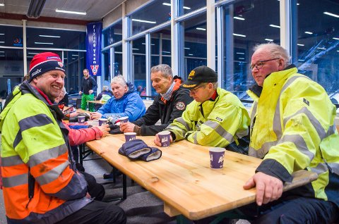 UFRIVILLIG PAUSE: Roar Bye (f.v.), Svein Jelstad, John Arne Grøtterud, Arne Skretteberg og Nils Røhnebæk fra langrennsgruppa i Vikersund IF har fått en ufrivillig kaffepause tirsdag kveld.