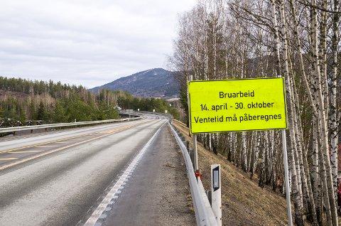 STOR JOBB: Katfoss bru skal oppgraderes for ti millioner kroner, og jobben er beregnet å vare i drøyt seks måneder. Det betyr ett kjørefelt og regulert trafikk på stedet.