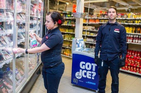 RENHOLD: Assisterende butikksjef Daniel Palm Hals følger med på at medarbeider Lene Adele Gunnerus ved Meny Åmot virkelig skrubber godt på håndtakene til kjøleskapene i butikken.
