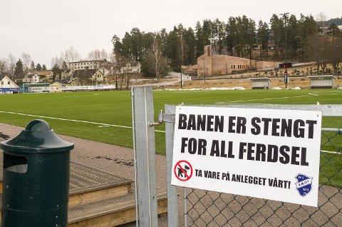 STENGT: Åmot IF har satt opp et skilt om at kunstgressbanen er stengt.