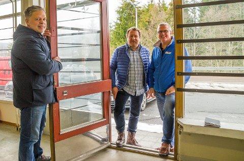 PÅ VEI INN: Roar Østli (f.v.) åpner døra for driftsjef Espen Adersskog og regionsjef Tore Andersen i Kjøpmannshuset, som ser for seg åpning av Joker-butikk på Snarum.