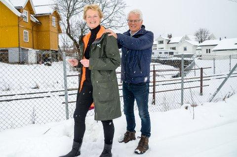 KJØRER TOG: Ordfører Sunni G. Aamodt (Sp) tar oppstilling som lokfører, medhovedutvalgsleder Ole Johan Sandvand (KrF) henger seg på som vogn og forteller at Modum kommer til å satse på jernbane i sin høringsuttalelse til ny NTP.