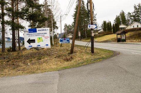 LITE SIKT: To forholdsvis store skilt hindrer fri sikt når man skal svinge ut på Eikerveien fra Industriveien på Gustadmoen i Åmot. Dette bildet er tatt fra journalistens plass i førersetet på en vanlig personbil.
