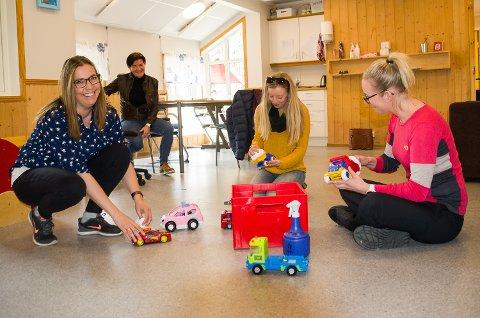 VIKTIG RENHOLD: Line Weaas-Løvik (f.v.), Mari Syvertsen og Kari Anne Eriksen vaske leker. Bak sitter styrer Anette Ek Svendsen i Kroka barnehage sørger for at lekene er rene til barna kommer tilbake fra mandag.