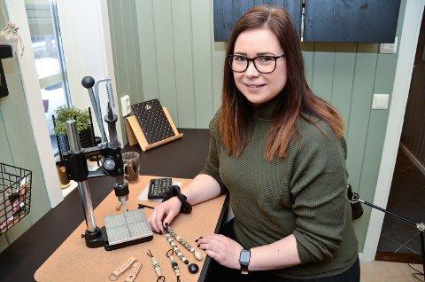 PRODUKSJON: – For å dekke etterspørselen etter perleproduktene mine har jeg  tilbrakt mange timer bak denne pulten det siste året, smiler Rikke Havikhagen Høgmoen.