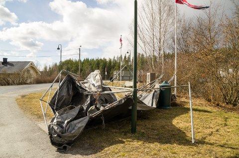 BLÅST VEKK: Denne teltgarasjen har havnet på Geithus torg etter å ha blåst vekk fra sin vante plass på en naboeiendom.