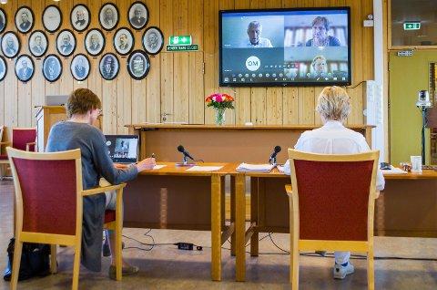 LEDER MØTET: Ordfører Sunni G. Aamodt (t.h.) og rådmann Aud Norunn Strand ser både seg selv og kommunestyrerepresentantene på storskjermen. Sånn kan møter gjennomføres til tross for korona.