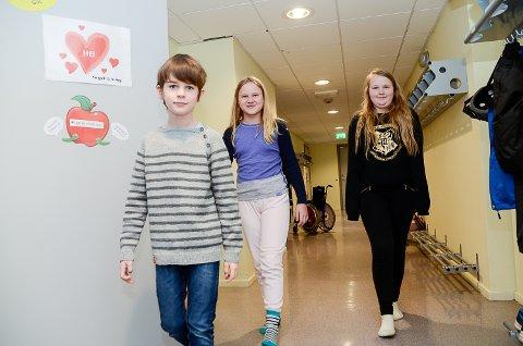 SKOLEÅPNING: Theodor (f.v.), Thea og Asta Viktoria ser  fram til å være sammen med klassekameratene sine ved Stalsberg skole igjen.