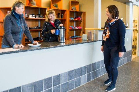 ENDELIG SERVERING: Tone Kjemperud Kristiansen og Hege Askheim kan igjen servere kaffe og kaker til Ine Finsrud og andre kunder som kommer innom Vikersund hoppsenter.