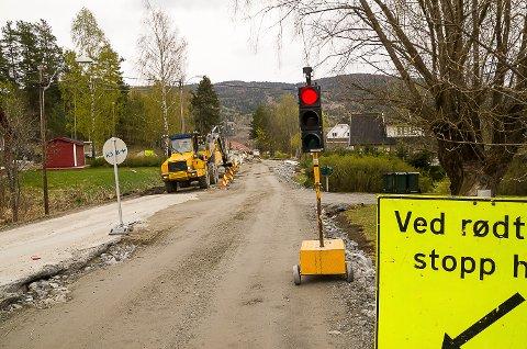 LYSREGULERT: Veien vil være lysregulert fram til høsten. Arbeidet med veien skal seinest være ferdig 1. november.