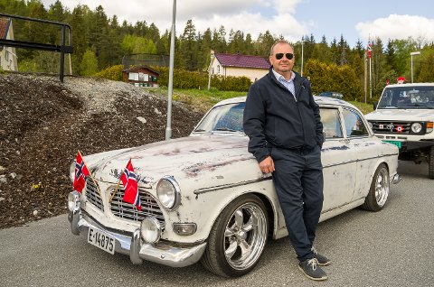 PATINA: Ronny Haare Nordli sto i bresjen for veteranbilkortesjen i Skotselv og Bingen 17. mai. Han har gått for en patina-look på sin Volvo Amazon.