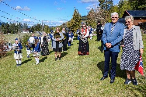 PRIVATKONSERT: Gunnar og Helga Irene Staalen fikk på selveste nasjonaldagen besøk av Sigdal skole og ungdomskorps hjemme i hagen i Rabbenveien i Sigdal.