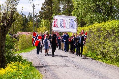 TOG: Nabolaget på Kleiva i Vikersund arrangerte eget tog på nasjonaldagen.