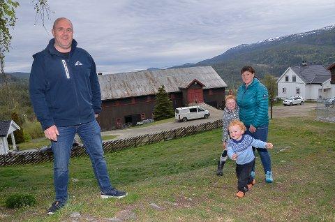 SATSER: Håvard Haug og Anne Trøseng gleder seg til at den gamle låven i bakgrunnen skal rives og bli erstattet med et nytt 400 kvadratmeter stort sauefjøs. Her sammen med sønnene Jardar (6) og Vinjar (2,5).