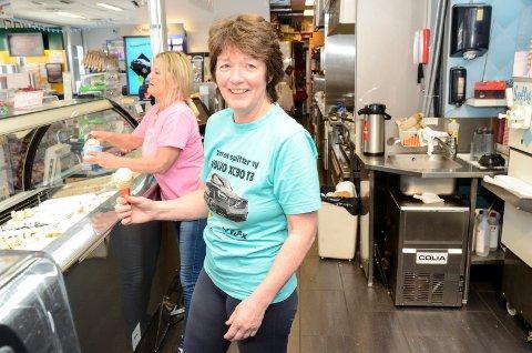 TO KIOSKER: Fra før driver Anny Stefferud Gobiten Kiosk på Åmotsenteret. Nå skal hun også drive kiosk på Eikersenteret. Her er hun avbildet sammen med Hanne Hovland (i bakgrunnen).